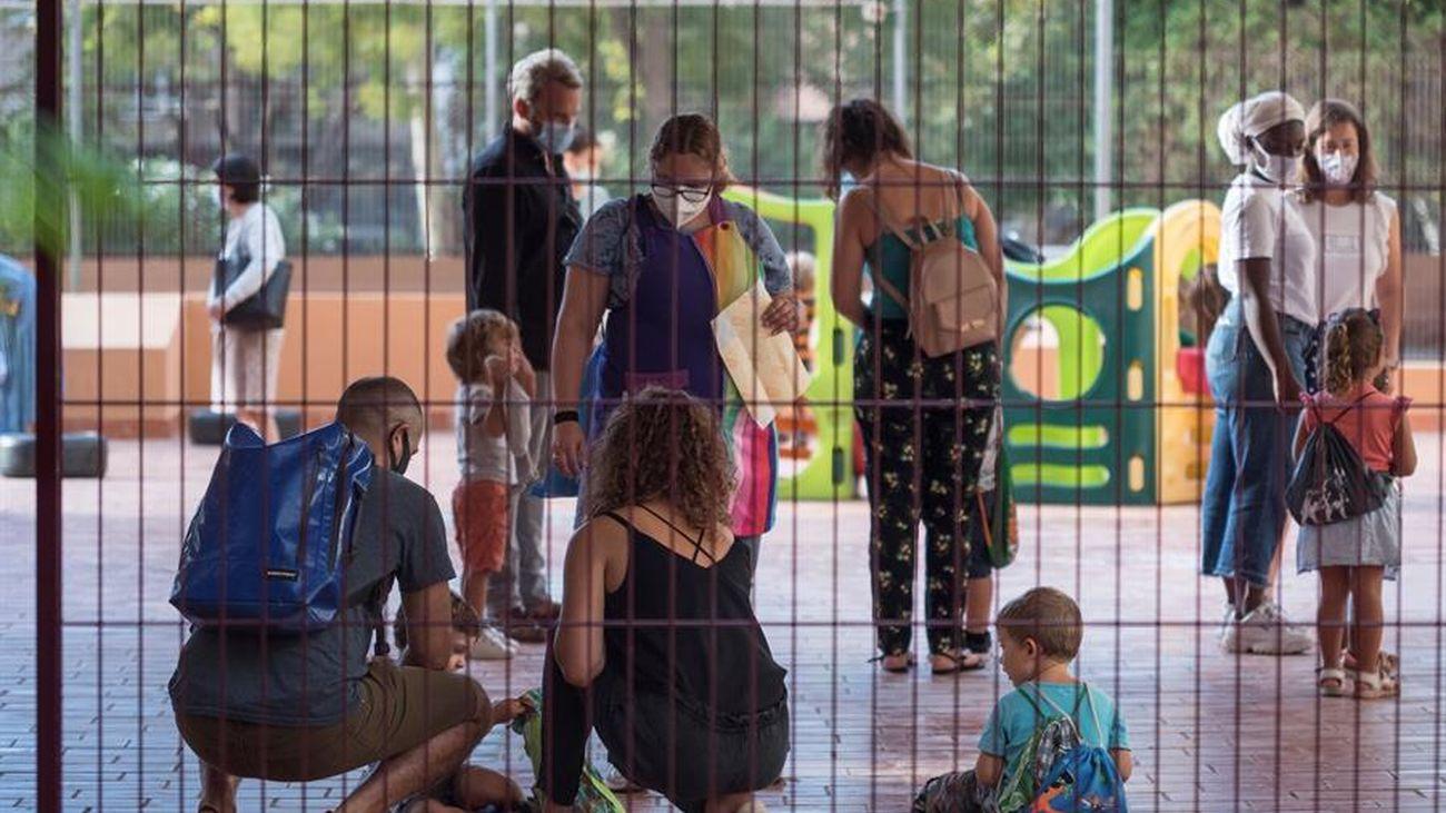 Padres y niños a la entrada de un colegio