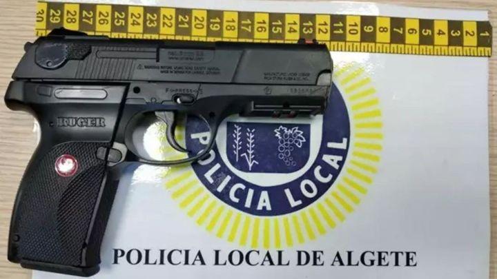 Provoca el pánico en una zona concurrida de jóvenes en Algete al sacar una pistola simulada