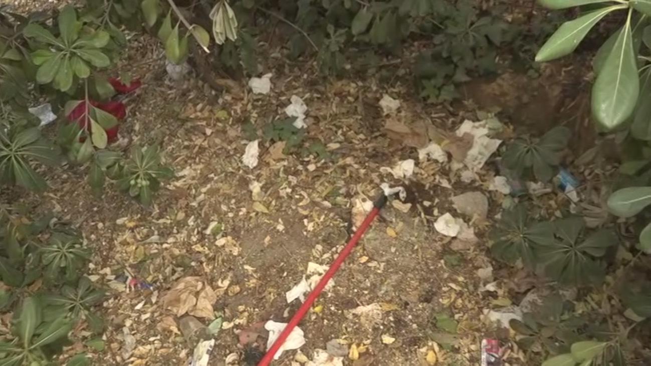 Enseres, heces humanas, preservativos y arbustos tupidos en Carabanchel