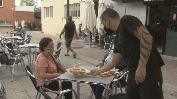 Ayuso estudia priorizar en la vacunación de Madrid a camareros, profesores y taxistas