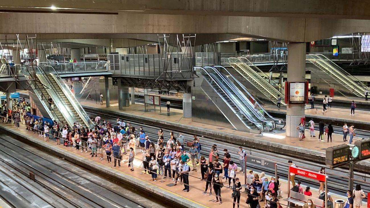 Largas esperas en los andenes de Atocha tras la avería de un tren de cercanías