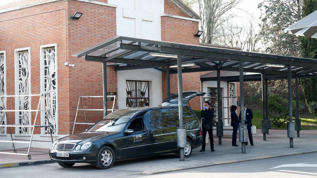 Un vehículo de los Servicios Funerarios de Madrid llega con un féretro al Crematorio del cementerio de La Almudena