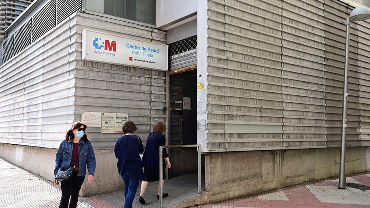 Varias personas entrando en un centro de salud