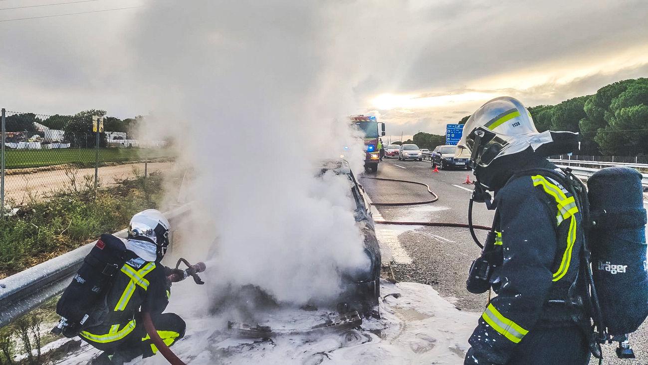 Los bomberos extinguen un incendio de un coche en la A-5