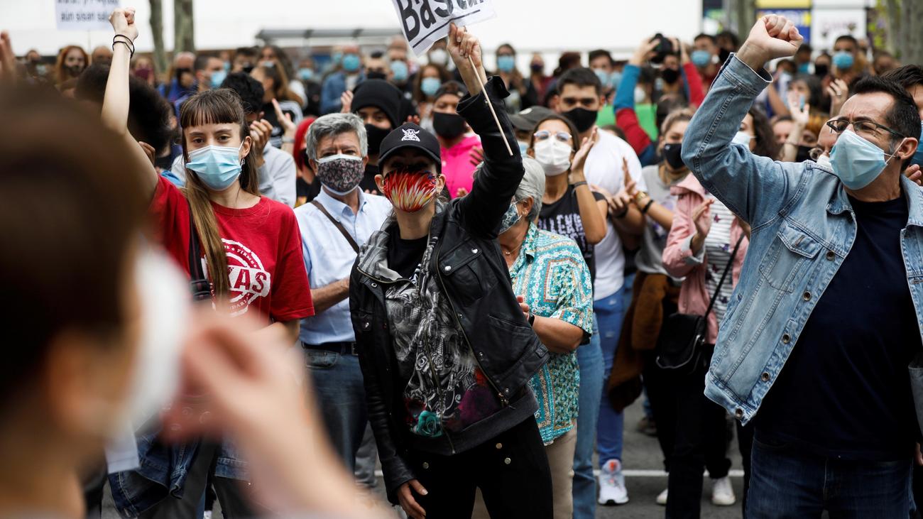 Miles de vecinos protestan contra las restricciones de movilidad
