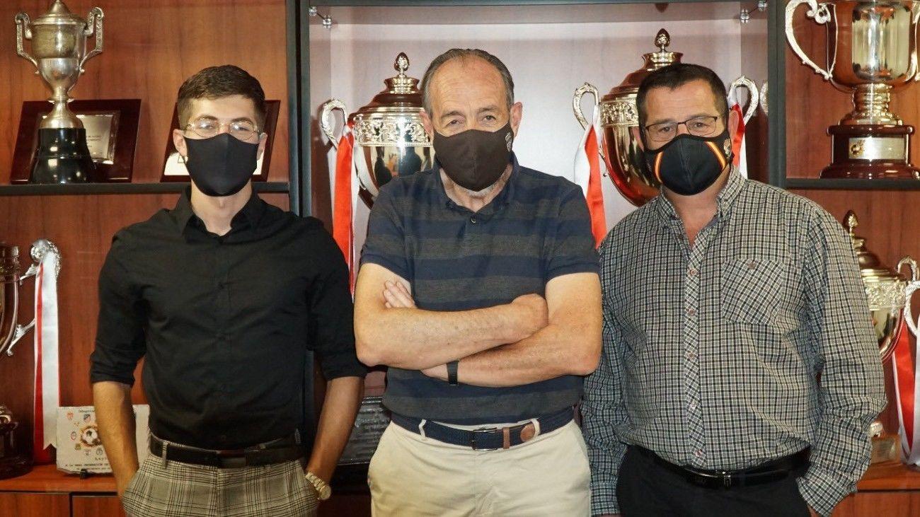 Paco Díez con representantes del Atlético Pinto