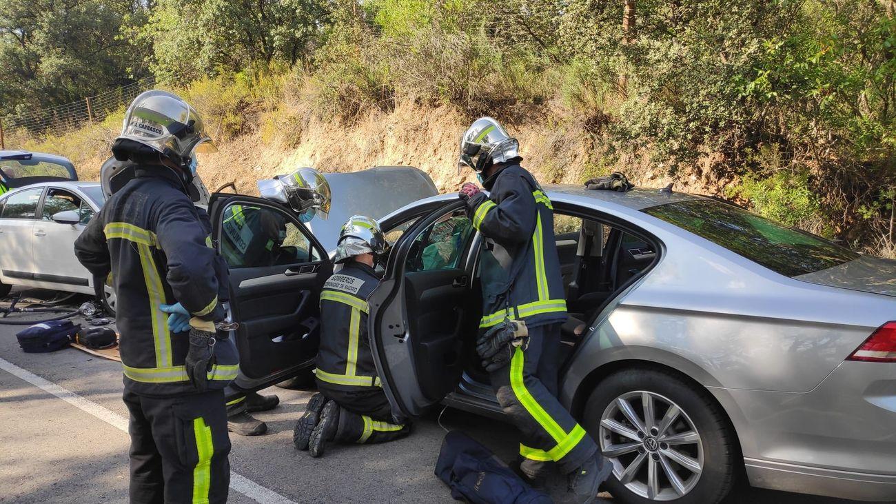 Bomberos rescatan a la herida del accidente