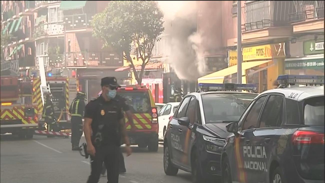 Desalojados dos edificios de viviendas en Carabanchel por el incendio en una tienda