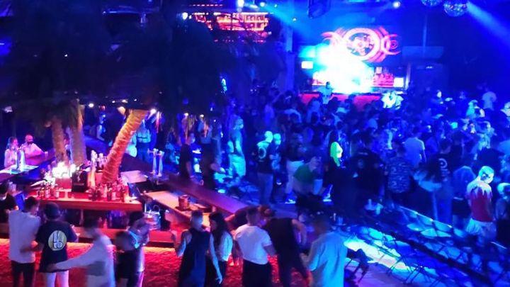 Desalojan la sala La Riviera por un concierto con 300 personas sin medidas de seguridad