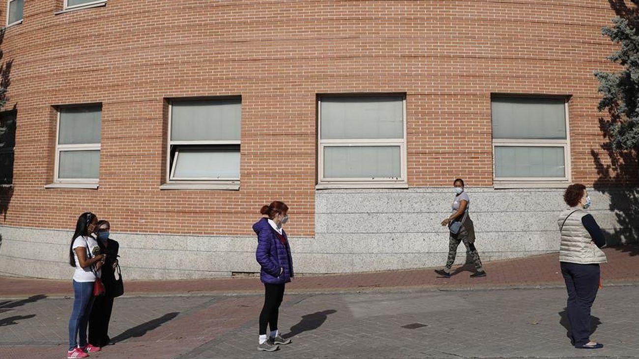 Varias personas esperan para entrar en un centro de salud de Madrid