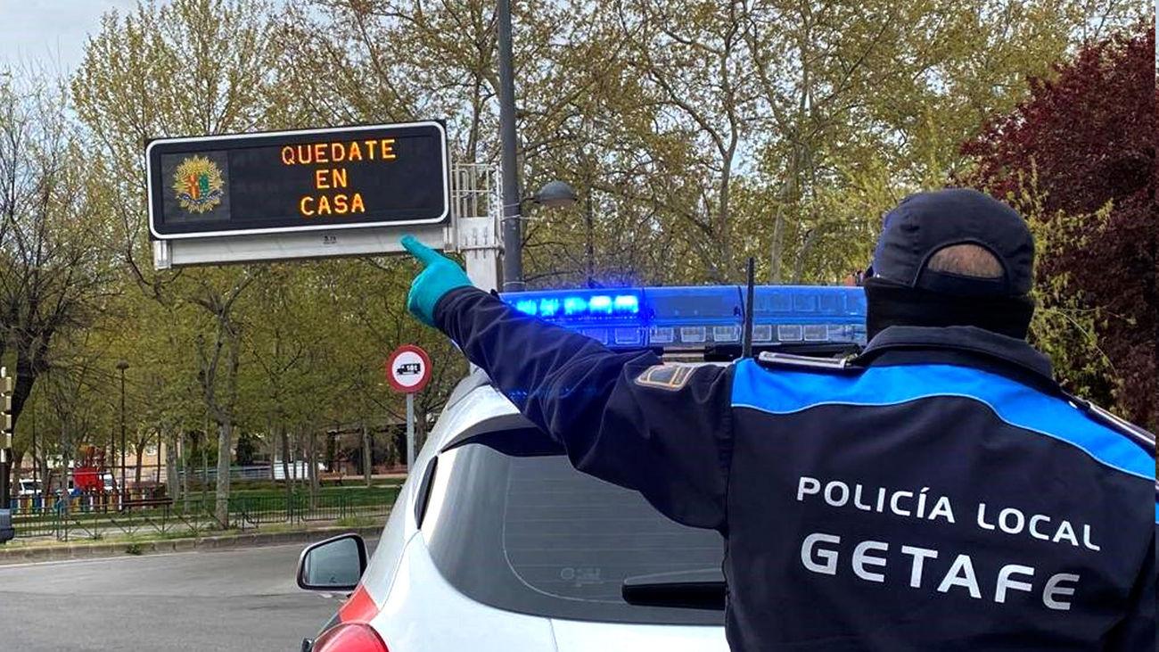 Un agente de la Policía Local de Getafe en labores de vigilancia de las restricciones impuestas por la pandemia del coronavirus
