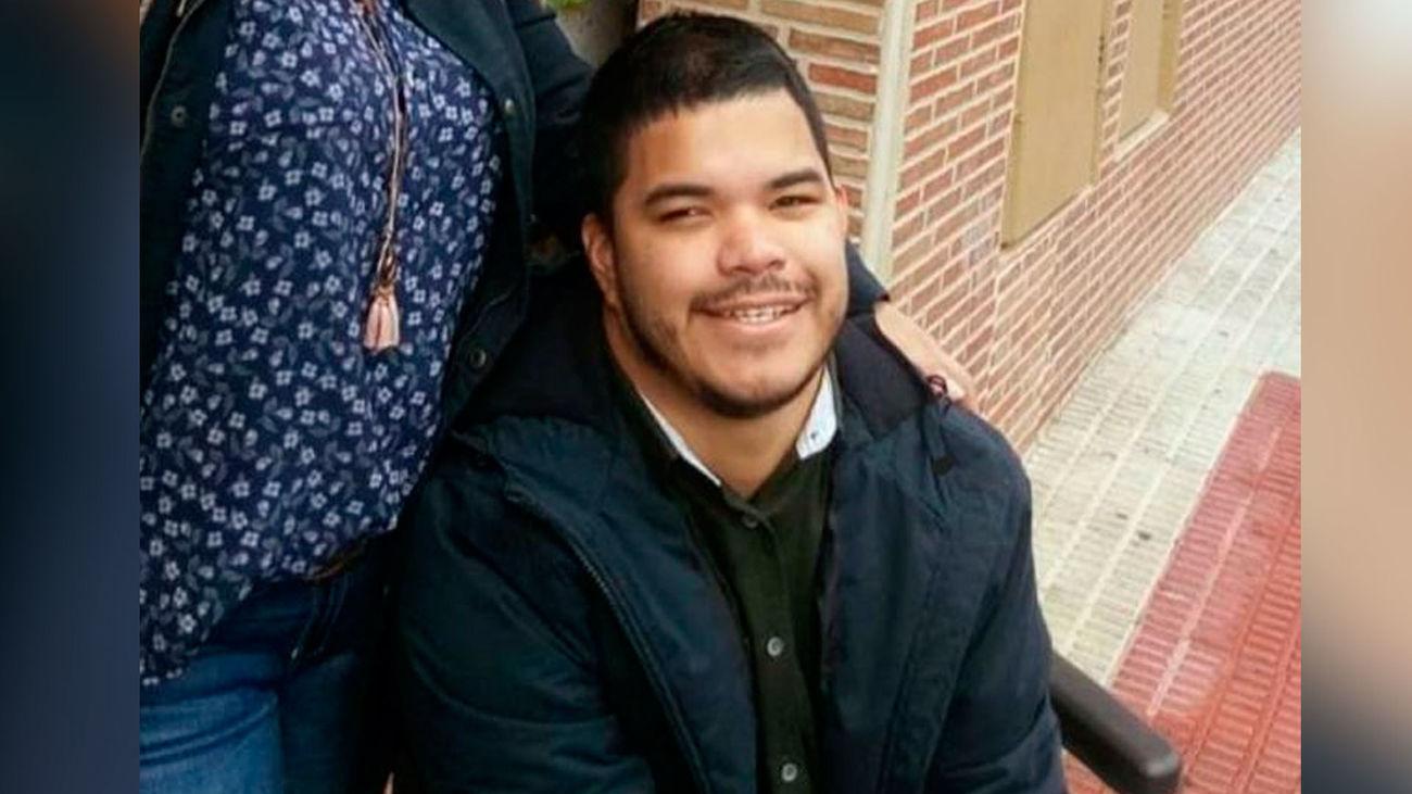 Carlos tiene 25 años, parálisis cerebral y una discapacidad motora del 90%