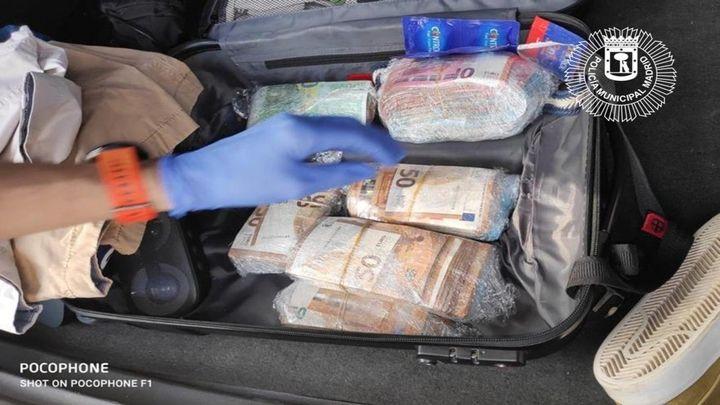 La Policía Municipal encuentra 59.000 euros en un coche accidentado en Puente de Vallecas