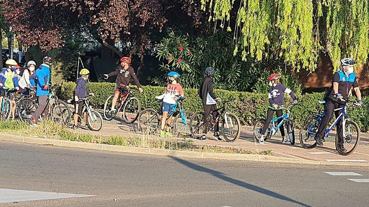 La Policía de Coslada acompaña a los escolares en su camino escolar en bicicleta