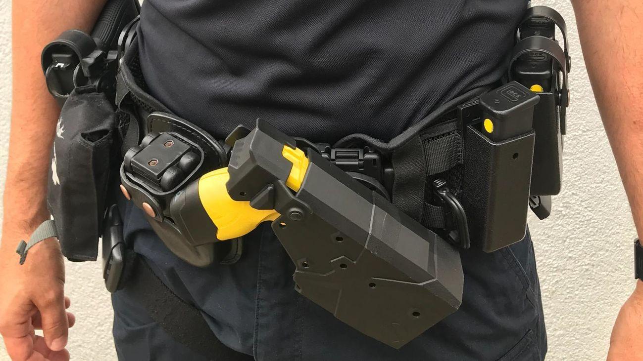 Un agente de la Policia Local de Arroyomolinos con su arma táser