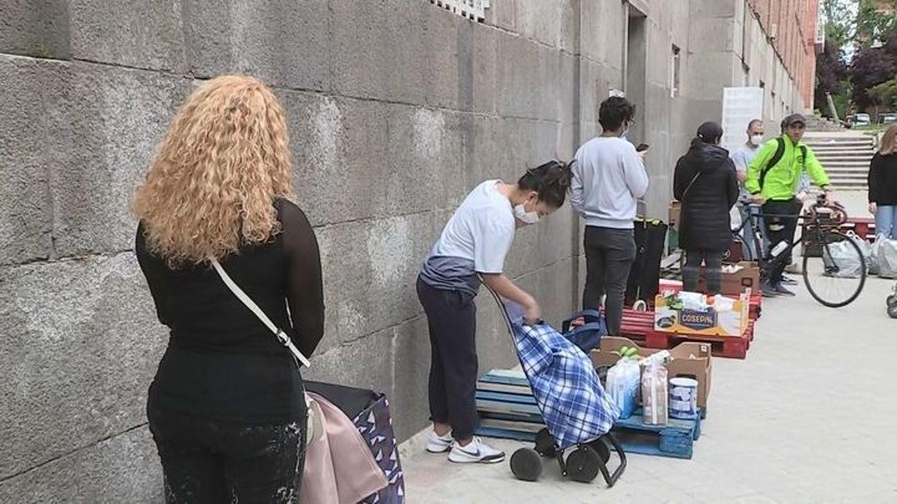 """Las asociaciones de vecinos de Madrid llenan sus locales de alimentos ante el aumento de las """"colas del hambre"""""""
