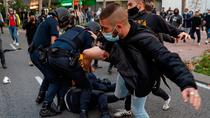 Tres detenidos tras disolver la Policía una concentración por la sanidad frente a la Asamblea de Madrid