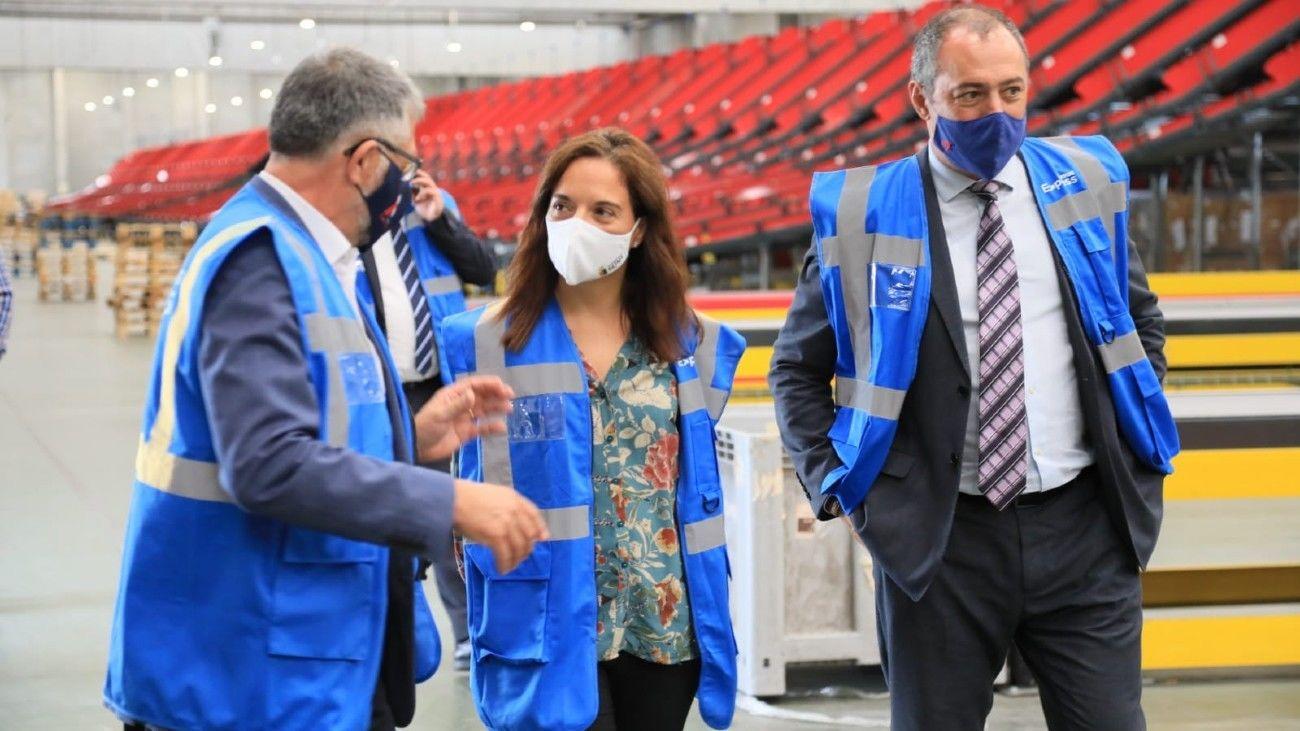 Sara Herández, alcaldesa de Getafe, visita la nueva nave de  Correos Express