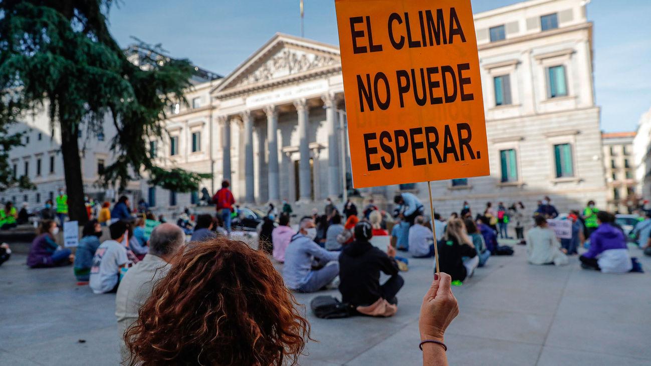 """Miembros de la plataforma """"Fridays for Future"""" Madrid se manifiesta a favor de la iniciativa internacional para conmemorar el Día de Acción Global por el clima"""