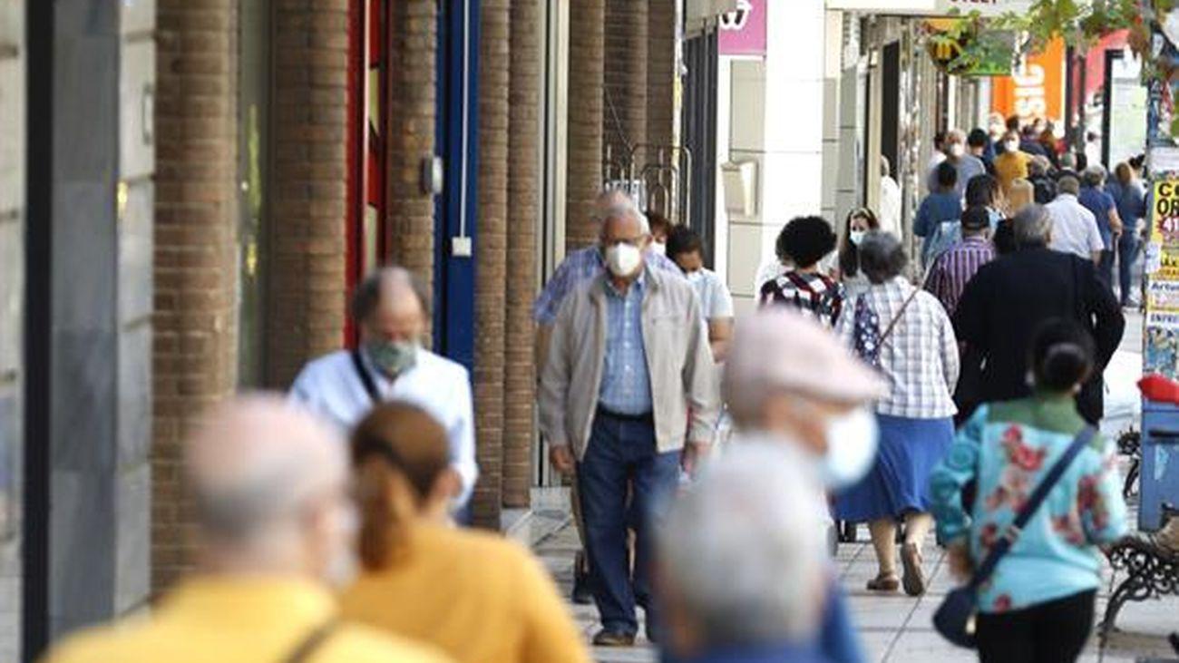 Varias personas con mascarilla, en una calle de Madrid