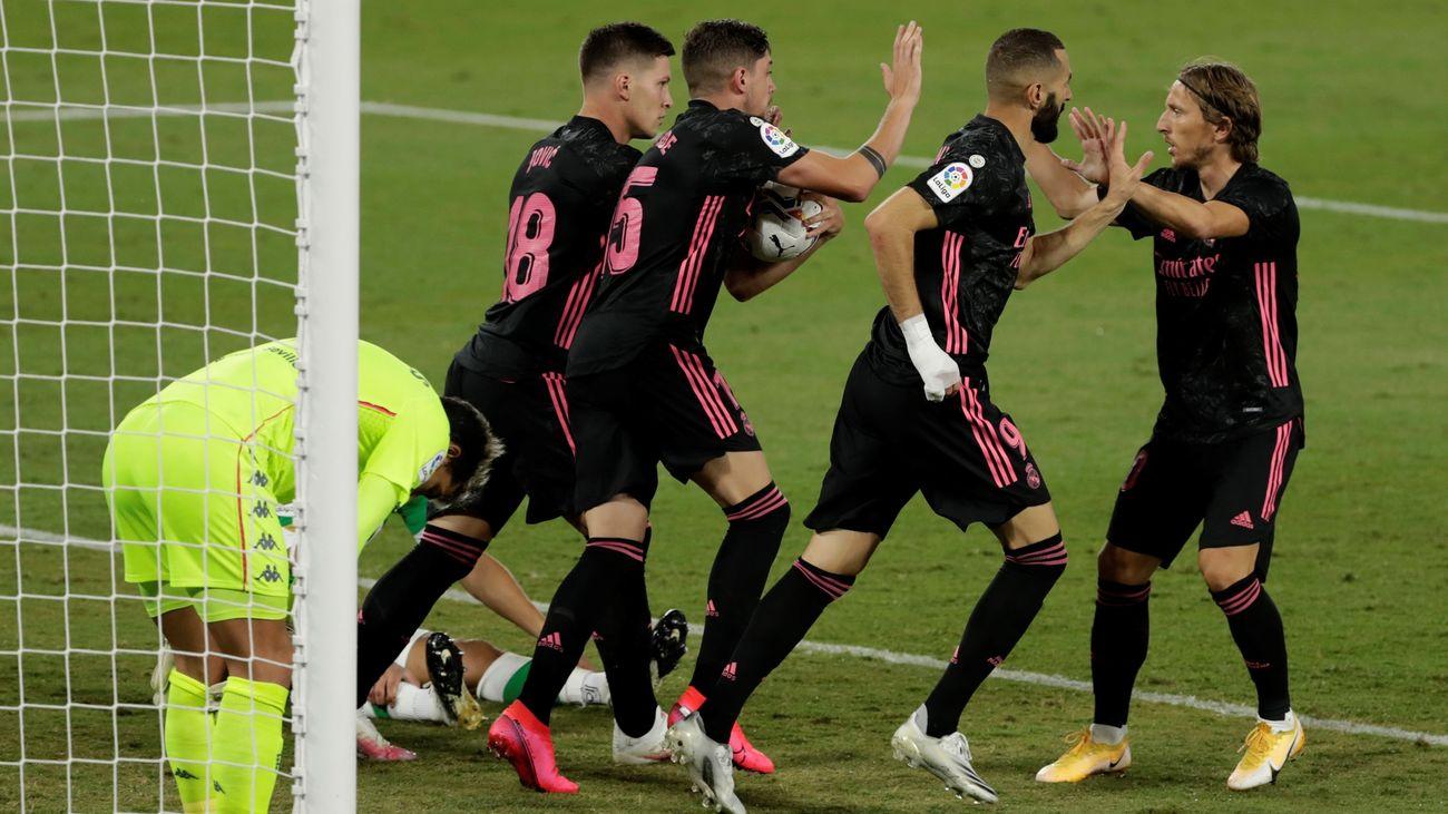 Jugadores del Real Madrid celebrando uno de los goles ante el Betis