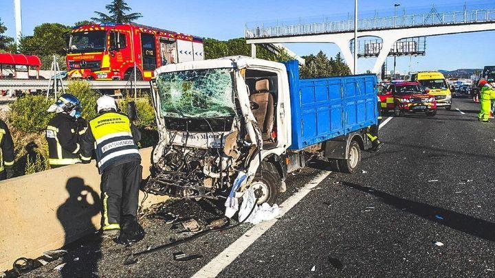Un herido grave en un accidente entre dos camiones en la A-6 en Las Rozas