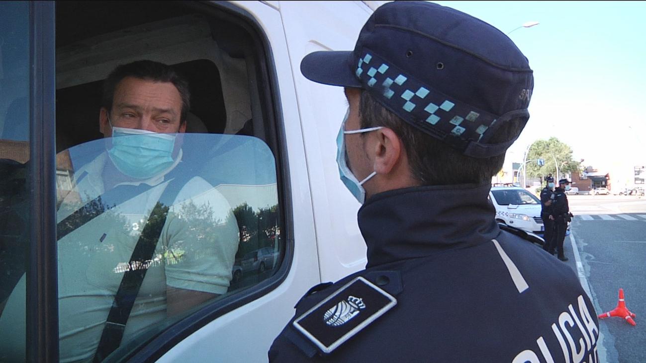 Nos colamos en un control informativo de la Policía Local en Fuenlabrada
