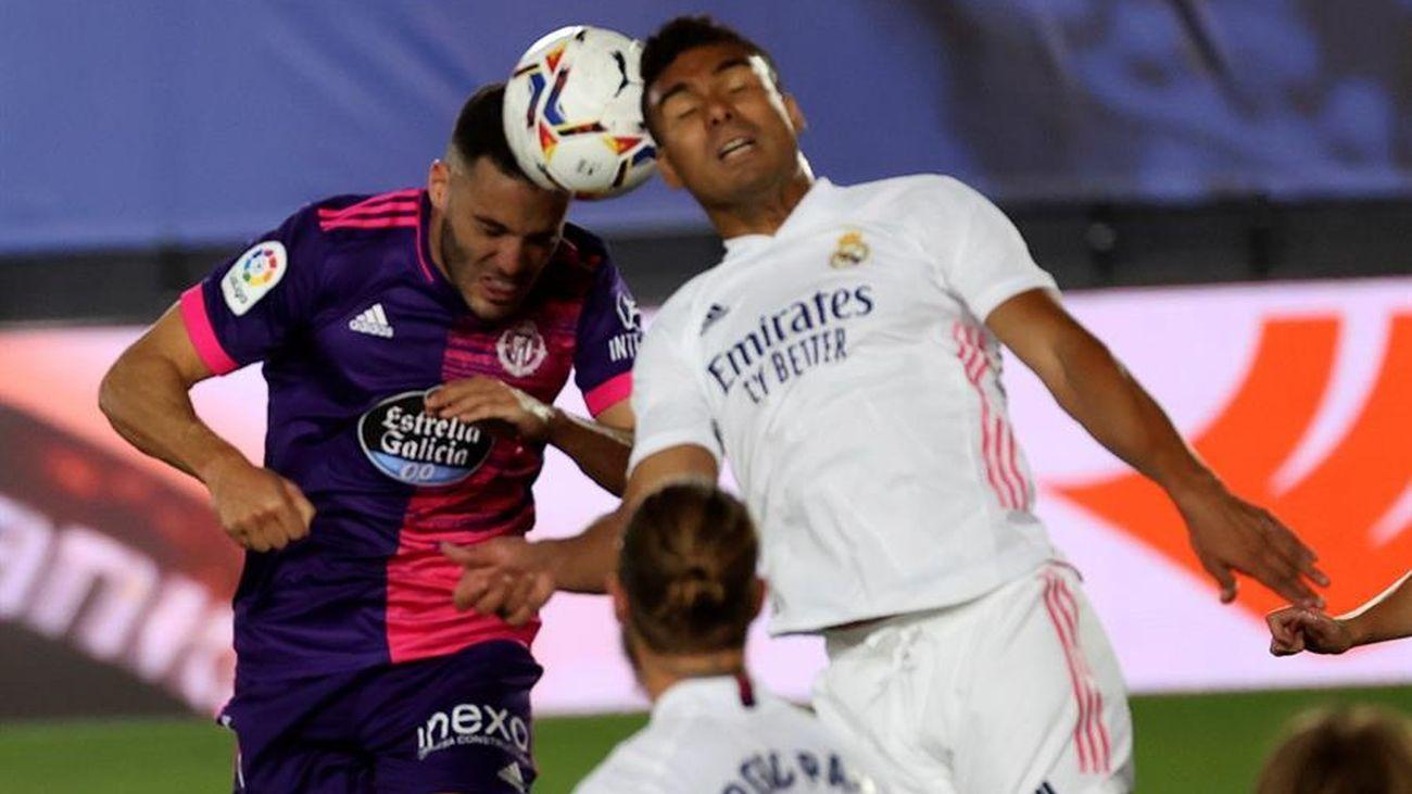 El centrocampista brasileño del Real Madrid, Casemiro, disputa el balón ante el defensa del Real Valladolid, Bruno González.