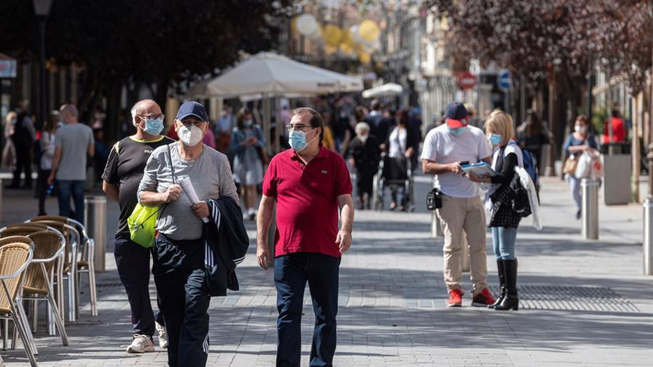 Varias personas pasean por la calle en Madrid