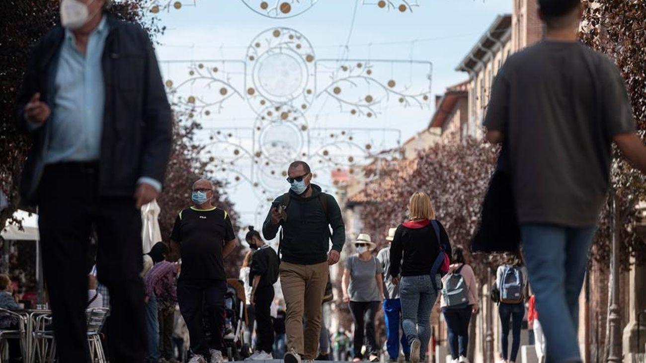 Varias personas paseando por una calle de Madrid