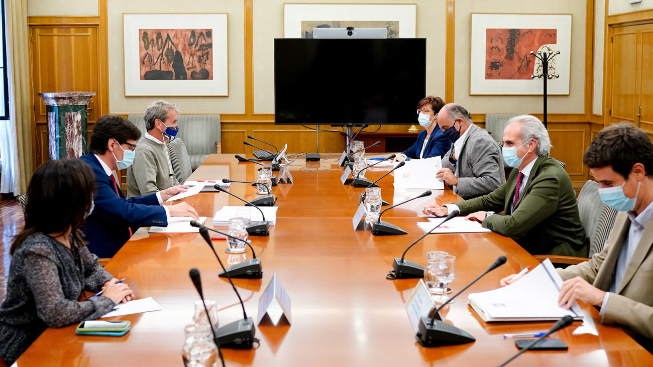 El ministro de Sanidad, Salvador Illa (2i); y el consejero de Sanidad de la Comunidad de Madrid, Enrique Ruiz Escudero (2d), junto con sus equipos, durante una reunión del Grupo Covid-19 de la Comunidad de Madrid