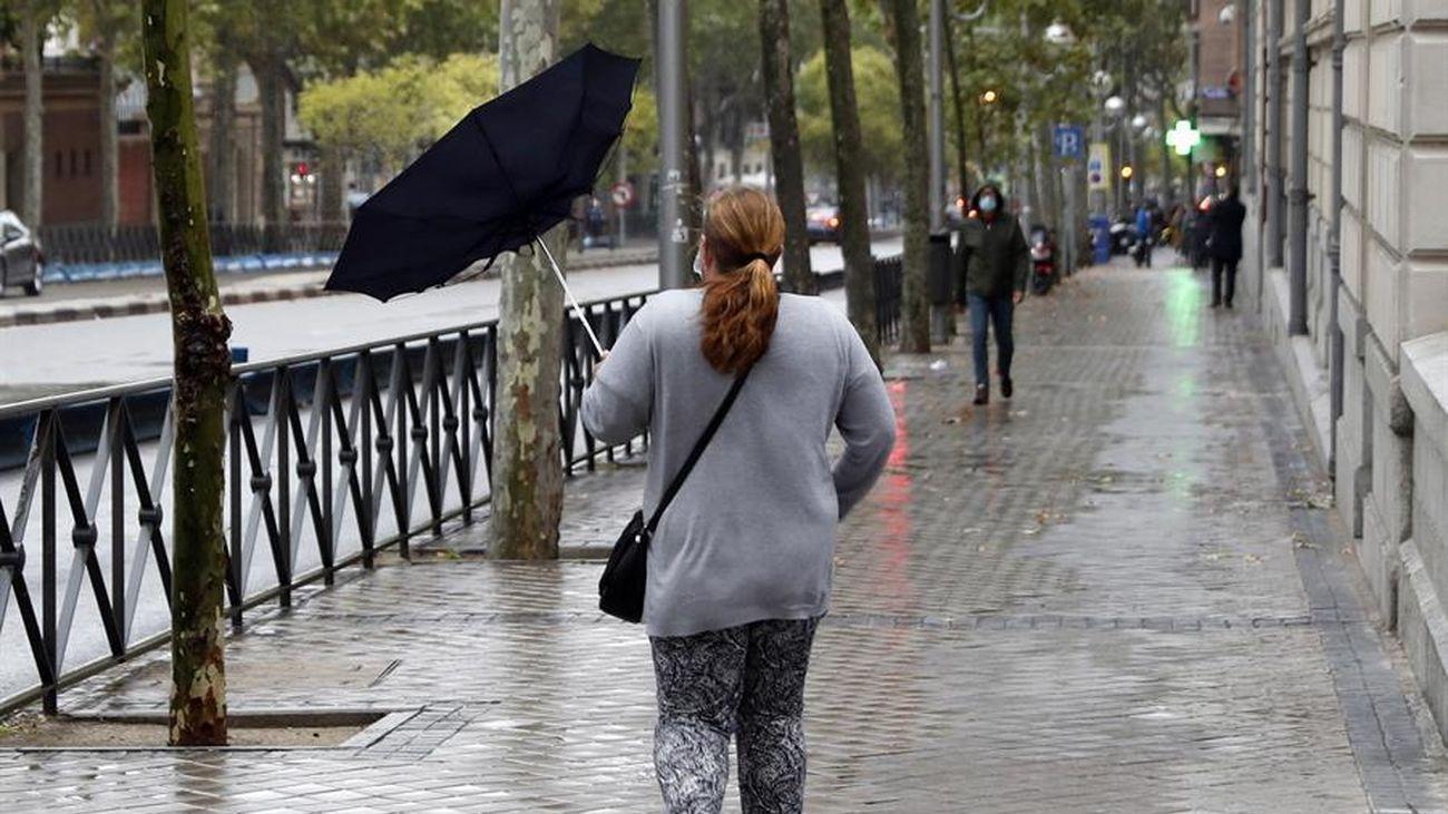 Una mujer pasea en Madrid