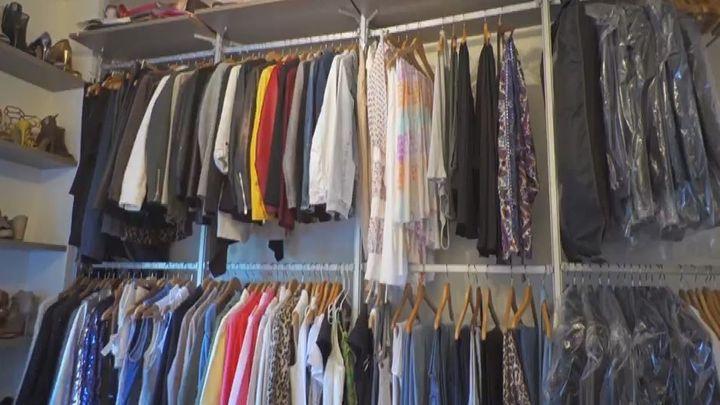 """Su vestidor está abierto, porque dice que quería que fuera como """"una tienda""""."""