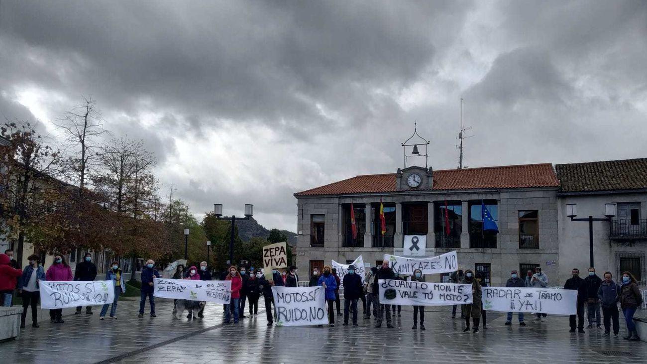 Vecinos de la Sierra Oeste de Madrid durante la protesta frente al Ayuntamiento de Robledo de Chavela