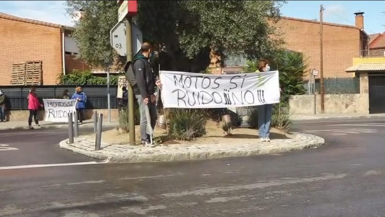 Los vecinos de Robledo de Chavela, Zarzalejo y Fresnedillas protestan contra las motos