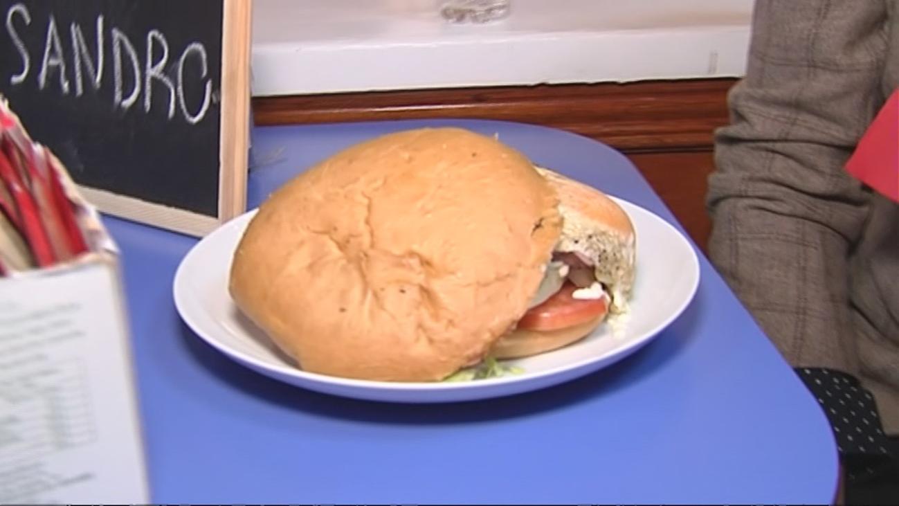 Las hamburguesas y perritos calientes más grandes de Madrid, en La Elipa