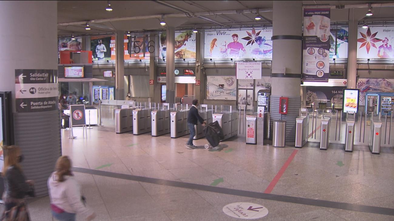 Nadie controla las salidas de Madrid en la estación de Atocha pese a las restricciones