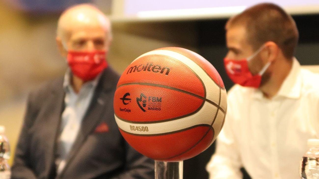 Balón con el que se disputan las competiciones de baloncesto en Madrid