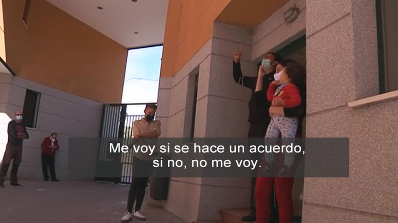 Un equipo de 'Está Pasando' es testigo de la negociación con unos okupas para que abandonen la vivienda