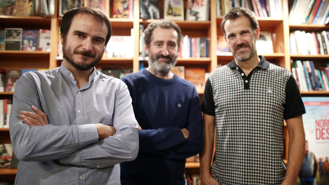 Aitor Arregi, Jon Garaño (directores) y José Mari Goenaga, director y guionista de 'La Trinchera Infinita', en la librería Ocho y Medio de Madrid
