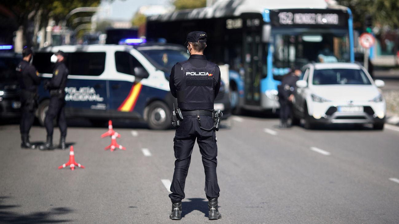 Agentes de la Policía Nacional vigilan los accesos da Madrid durante las restricciones impuestas por el coronavirus