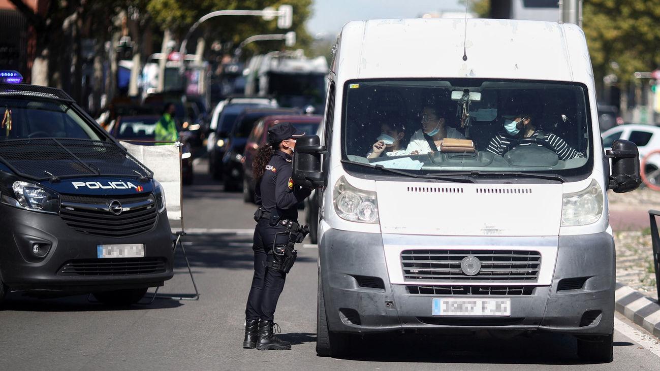 Una agente de la Policía Nacional controla los accesos da Madrid durante las restricciones impuestas por el coronavirus