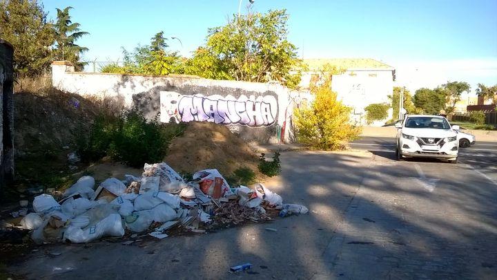 Toda una calle de Madrid convertida en vertedero ilegal