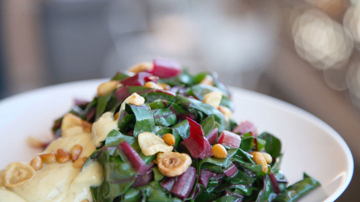 Cocina creativa: Acelgas rojas con salsa tártara y tarta pascualina