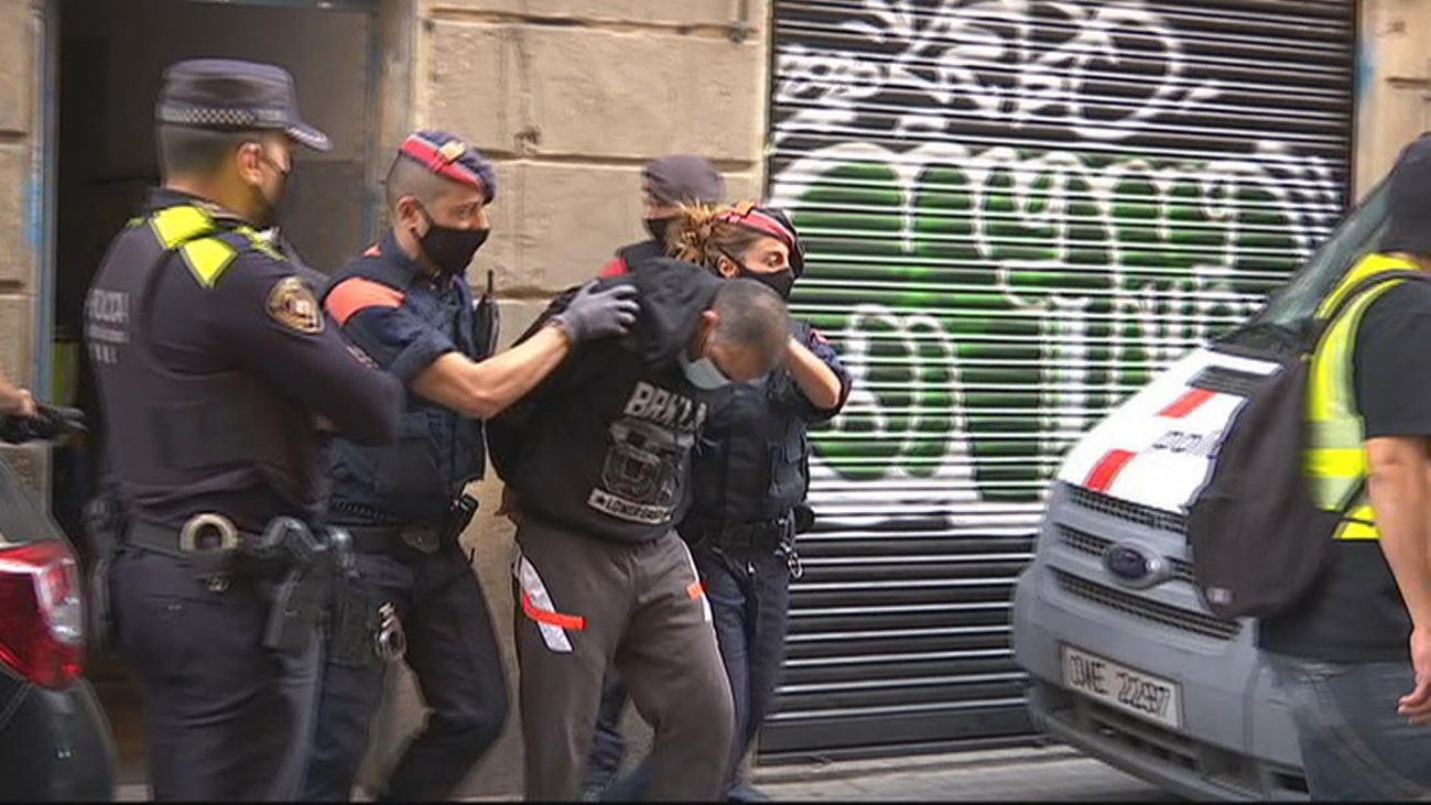 Golpe policial con 61 detenidos a la venta de droga en el Raval (Barcelona)