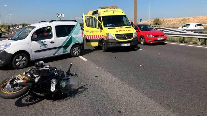 Un motorista grave al colisionar con un camión en la M-40