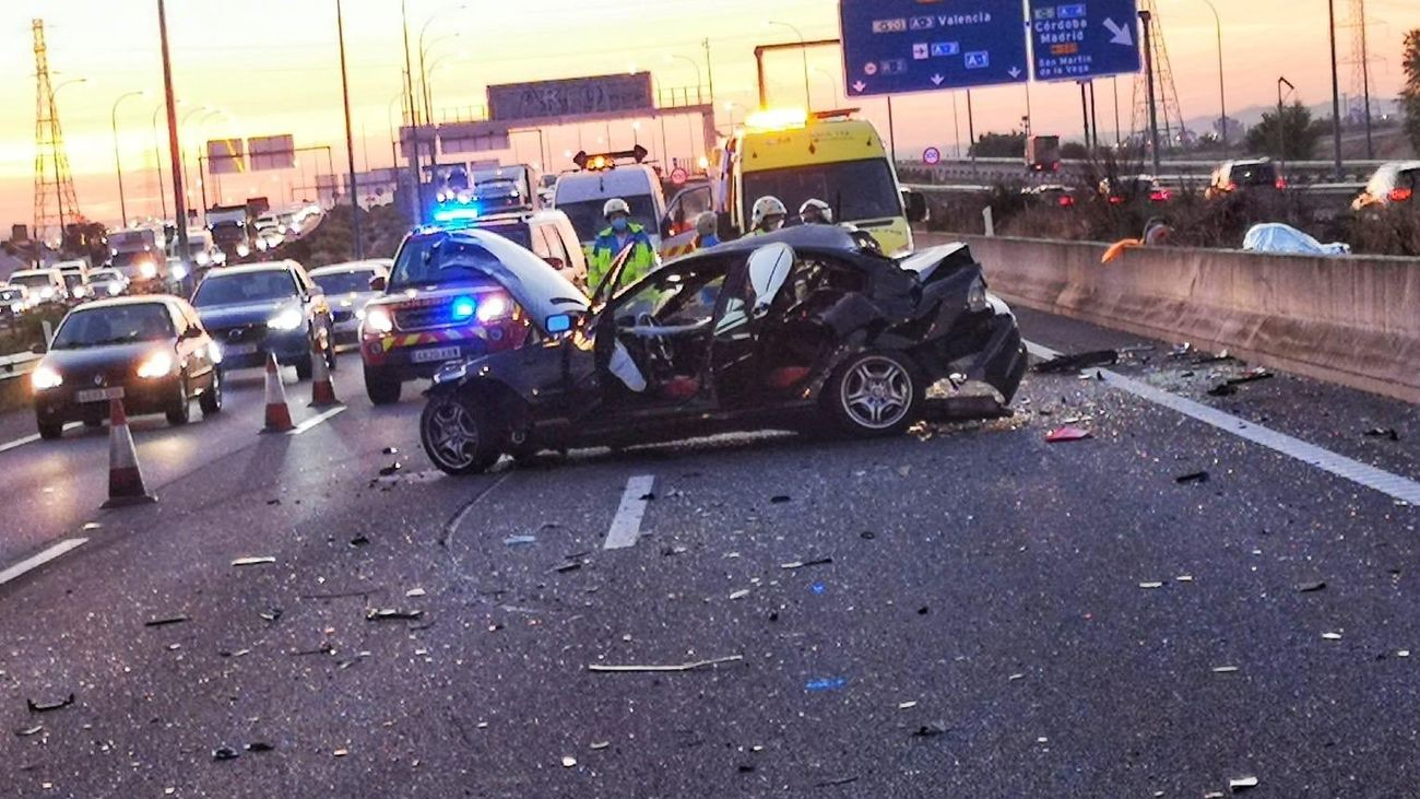 Muere atropellado en la M-45 tras salir de su coche por una avería