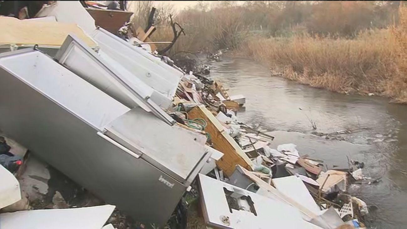 Vertido de residuos en el río Guadarrama
