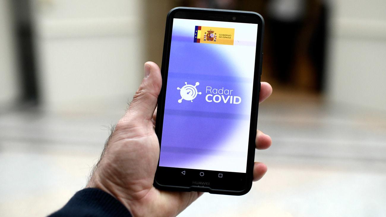 Una persona utiliza desde su teléfono móvil la aplicación 'Radar Covid', en Madrid