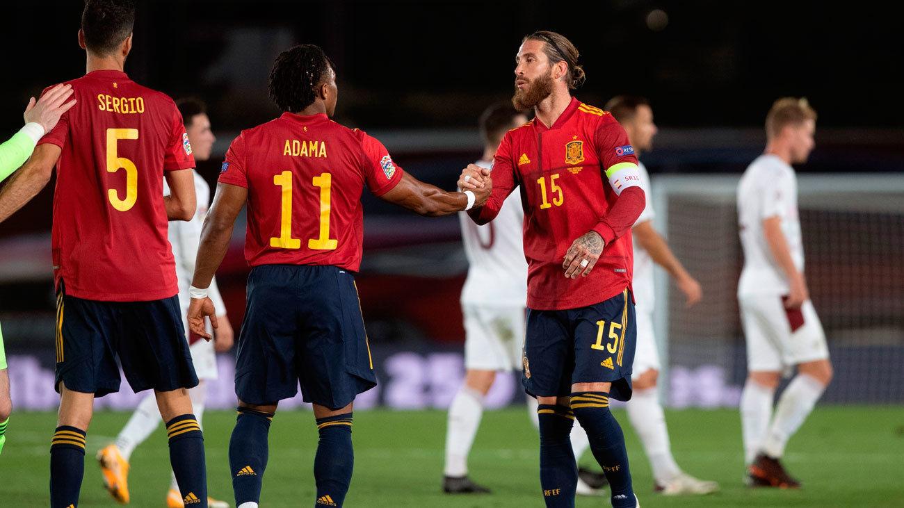España gana 1-0 a Suiza y sostiene el liderato con un regalo